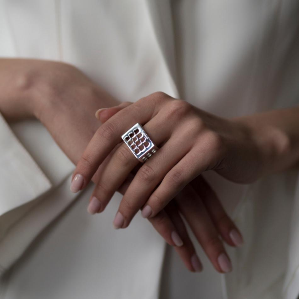 Colosseo Quadrato EUR Roma Co.Ro. Jewels anello argento indossato