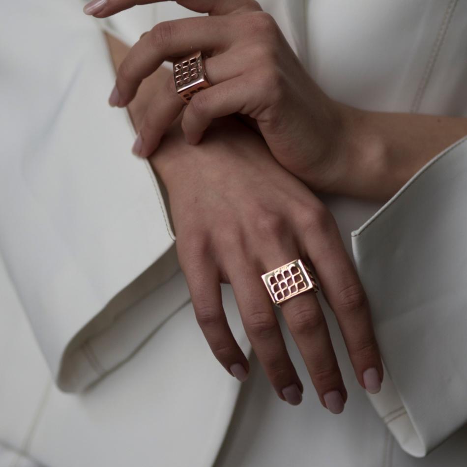 Colosseo Quadrato EUR Roma Co.Ro. Jewels anello oro rosa indossato