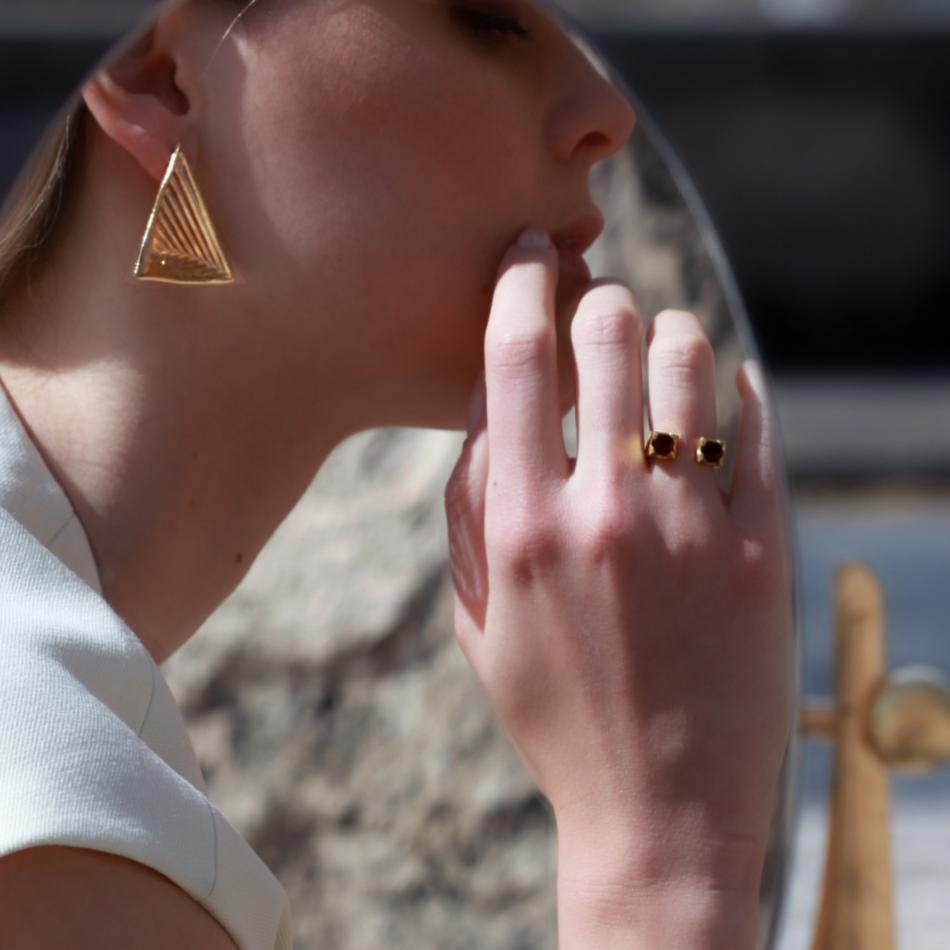 Anello da mignolo torri gotiche Co.Ro. Jewels indossato